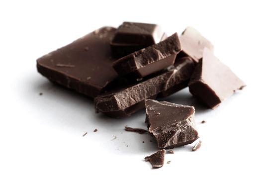 темный шоколад на белом столе
