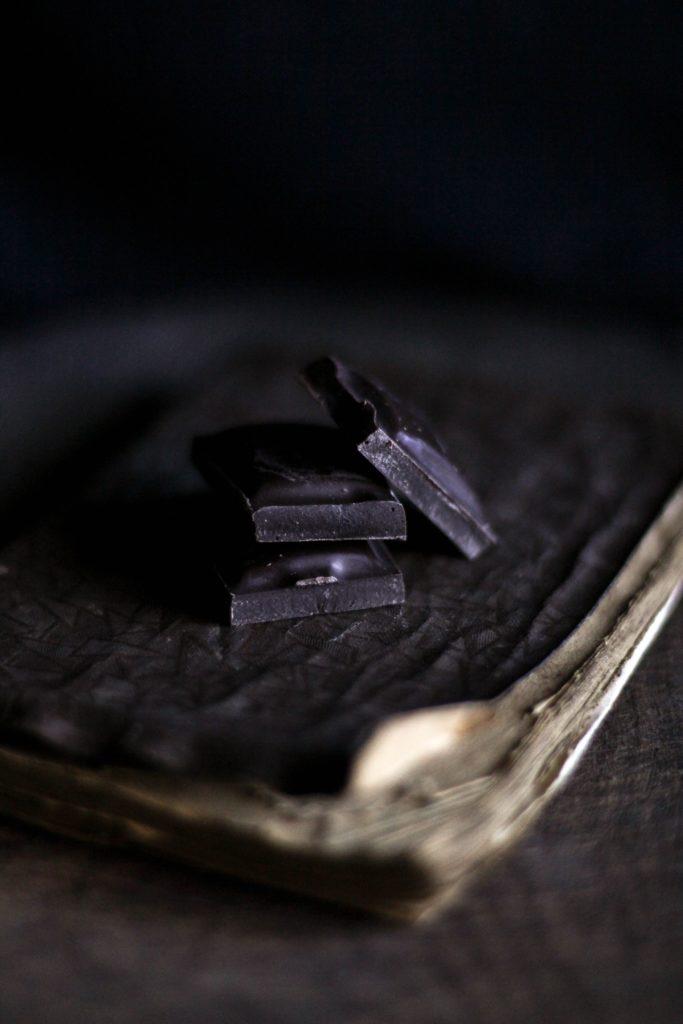 горький шоколад на темном фоне