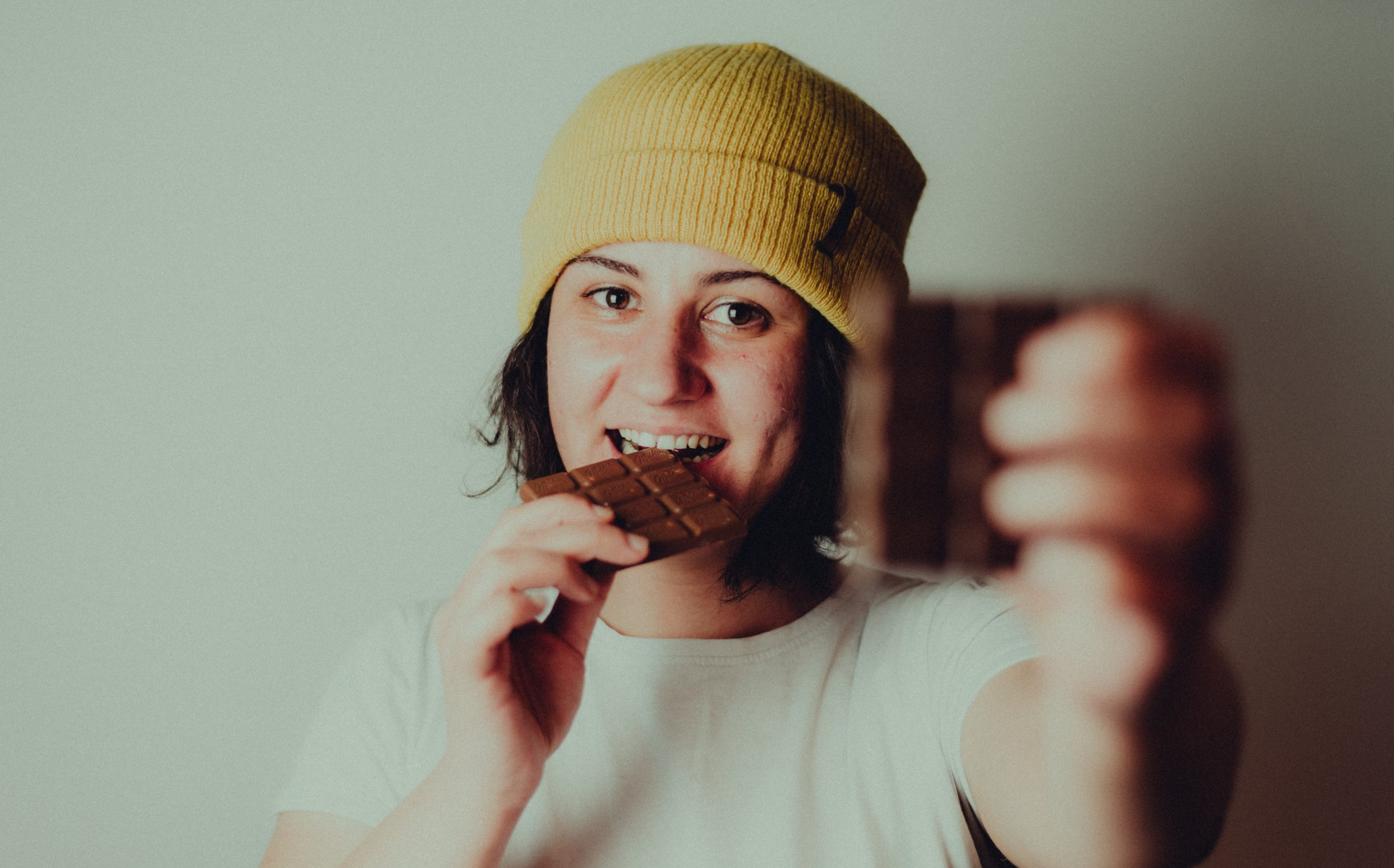 Женщина ест шоколад