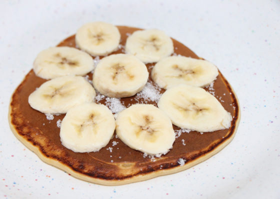 Украшенные бананом панкейки