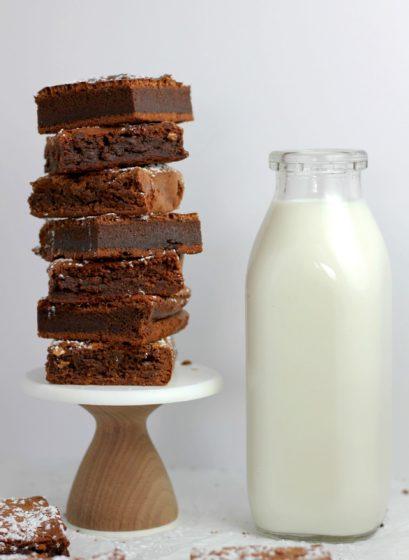шоколадный брауни и молоко