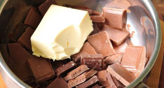 Расплавить шоколад с маслом