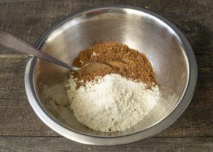 Приготовление шоколадного пирога на кефире
