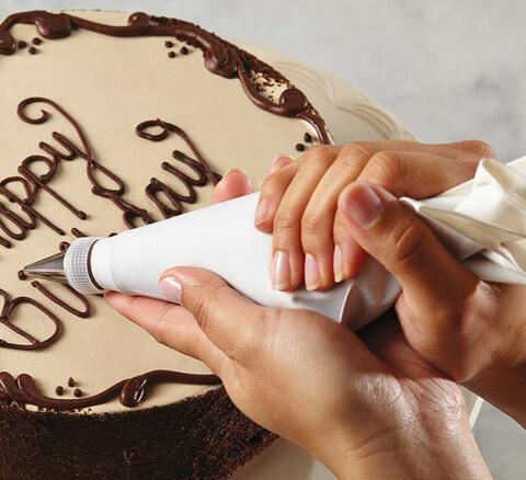 Надпись из шоколада с кондитерский мешком