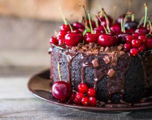 Торт с шоколадом и вишнями