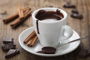 Горячий шоколад с какао и корицей