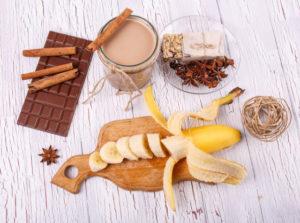 Ингредиенты для коктейля с шоколадом и бананом