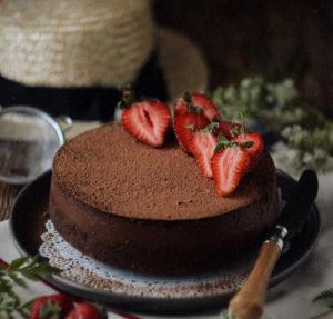 Шоколадный чизкейк с клубникой