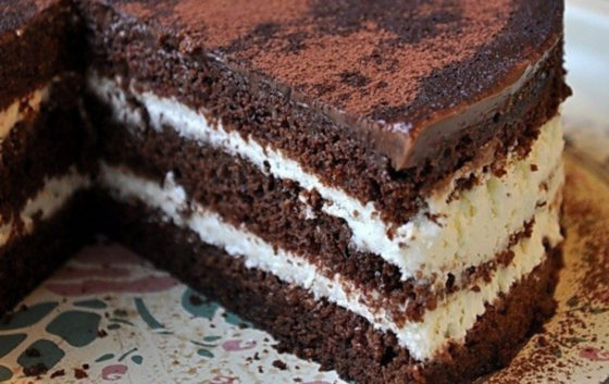 Шоколадный торт на кипятке со сметаной