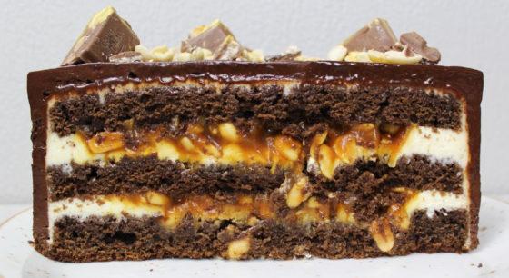 Торт Сникерс с арахисом и карамелью