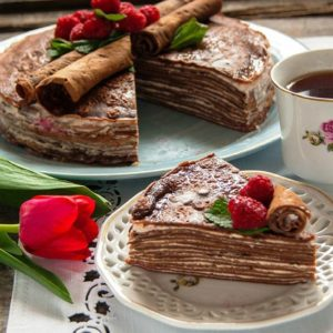 Блинный шоколадный торт с ягодами