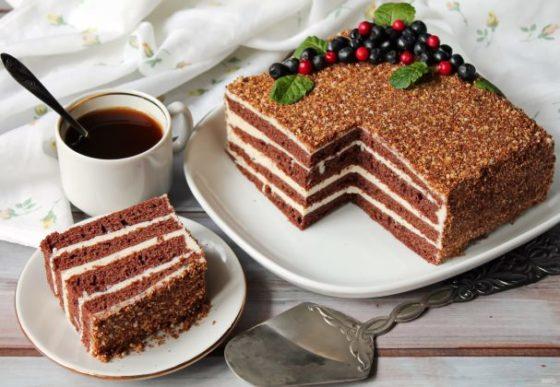 Шоколадно-медовый торт со сметанным кремом